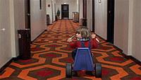 オーバールック・ホテルの廊下で三輪車に乗るダニー