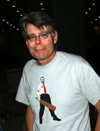 「ショーン・オブ・ザ・デッド」のTシャツを着たスティーヴン・キング