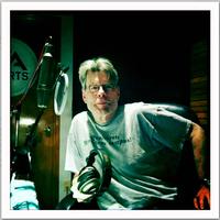 オーディオブック版「The Wind Through the Keyhole」収録スタジオ内のスティーヴン・キング