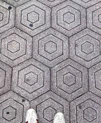 大阪市内のオーバールックホテルのカーペットのデザインに酷似したデザインの石畳