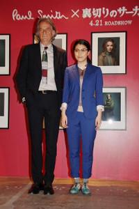 ポール・スミス(左)と成海璃子(右)