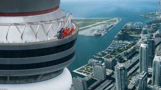 超高層ビル屋上のへりを歩いて1周 カナダの新アトラクション