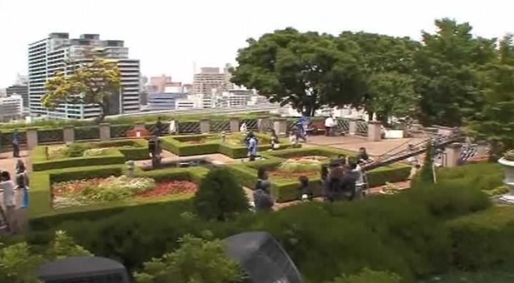 「コクリコ坂から×KDDI」キャンペーンの「山手の丘」篇に登場する洋館の前庭。生け垣の迷路がある。