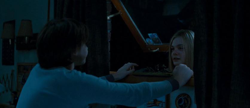 ジョーの部屋に窓から入ろうとするアリス