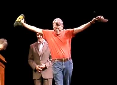 メイソンアワードの副賞キャップとTシャツをもらって喜ぶスティーヴン・キング