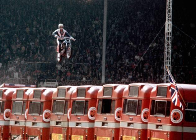 ロンドンで13台のバスを飛び越えるイーヴル・クニーヴル(Evel Knievel)/但し失敗/骨盤と背骨を骨折