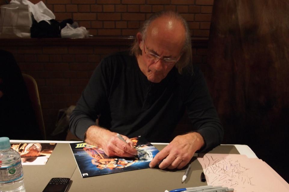「BTTF3」のLDジャケットにサインするクリストファー・ロイド